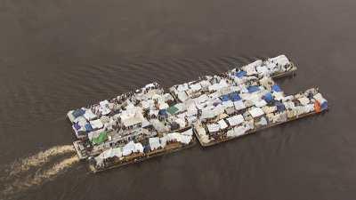 Grande barge commerciale surchargée