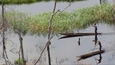 Piroguier sur le lac du barrage d'Imboulou