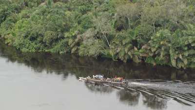 Plans larges d'un bateau surchargé sur l'Alima
