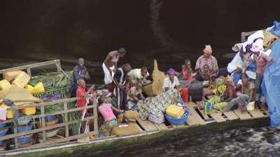 Gros plan sur un bateau surchargé sur l'Alima