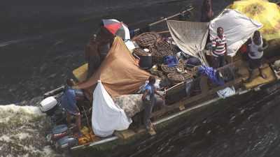 Bateau de transport de fortune sur la rivière Alima