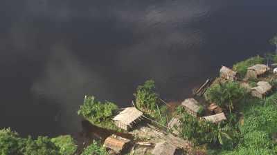 Villages et pilotis sur les bords de la  rivière Alima