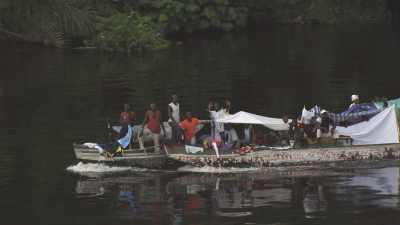 Transports de fortune sur la rivière Alima