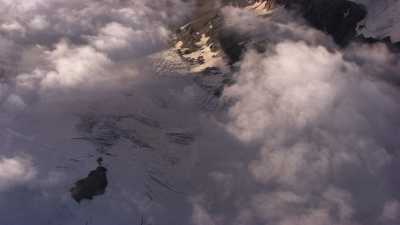 Montagne enneigée au coucher du soleil, chaine de la Bernina