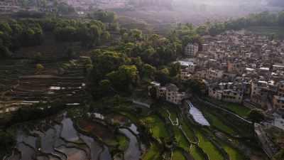 Villages au milieu des rizières, à flanc de montagne