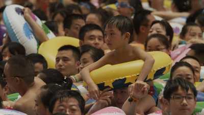 La piscine à vagues surpeuplée de la ville