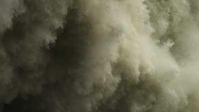 Spectaculaire lâcher des eaux du barrage