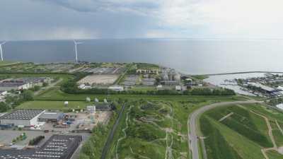 Centrale électrique, éoliennes, et petit port