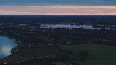 Petit port et vue de la ville le soir