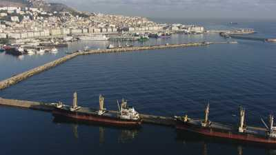 Arrivée sur la ville par la mer