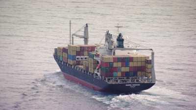 Porte-conteneurs au large du port de Béjaïa