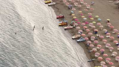 Baigneurs sur la plage de Boulimat