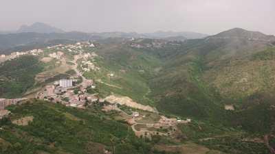 Carrière au sommet d'une colline, près du port de Béjaïa