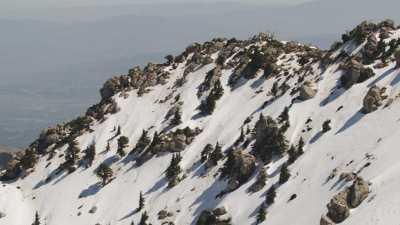 Foule qui s'amuse dans la neige au pied du Djurdjura