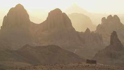 Formations rocheuses et soleil couchant sur le Hoggar
