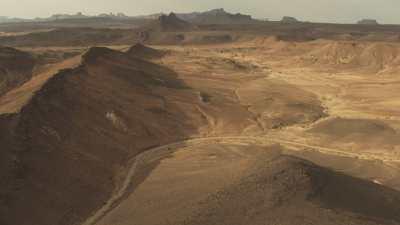 Ombres des nuages sur le Hoggar et arbres dans le désert