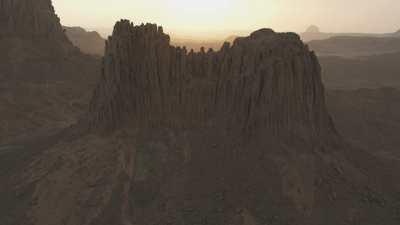Formations rocheuses dans le désert au crépuscule