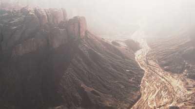 Lit asséché d'une rivière au pied du canyon