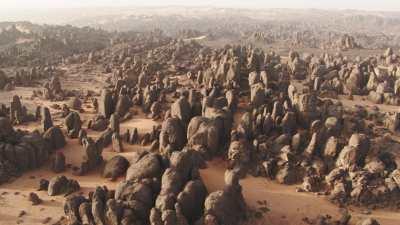 Route dans le désert et formations rocheuses