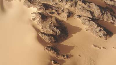 Route dans le désert et rochers qui émergent du sable