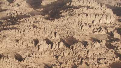Monuments funéraires touaregs, plans sur le désert et les formations rocheuses