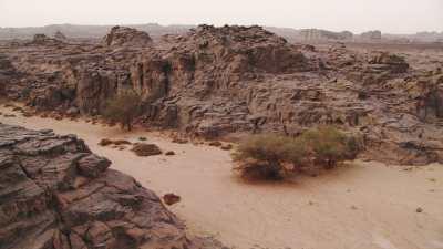 Lit d'une rivière asséchée dans le désert rocheux