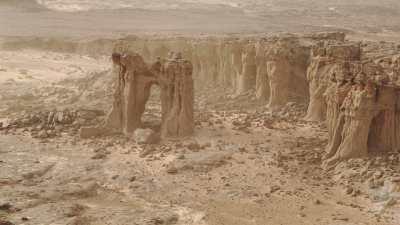 Grotte dans la paroi d'une formation rocheuse, formations en arches