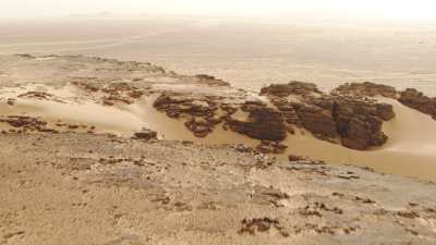 Désert et formations rocheuses entre Tamanrasset et Djanet