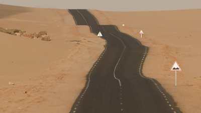 Route dans le désert du Sahara