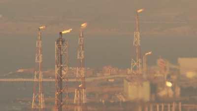 Pratique polluante du flaring ou torchage