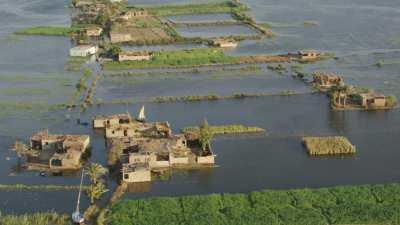 Crue du Nil, barques et pêcheurs au sud du Caire