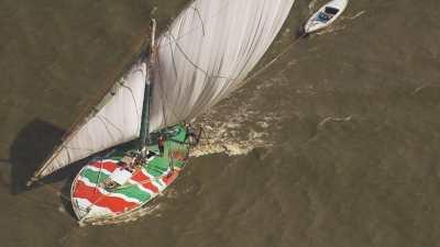 Voiliers de pêcheurs colorés dans le delta du Nil