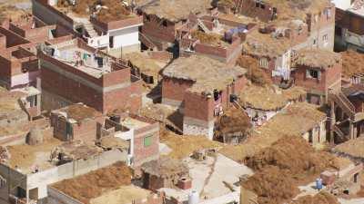 Stockage du fourrage sur les toits d'un village