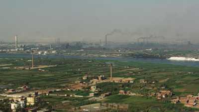Usines et champs près du Caire