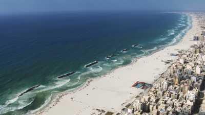 Immense piscine  en bord de mer, le littoral