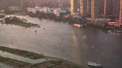 Les berges du Nil, la ville et des voiliers au soleil couchant