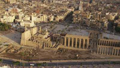 Place devant le temple de Louxor et mosquée Abou al-Haggag