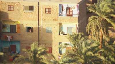 Louxor au bord du Nil et plans dans la ville