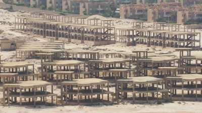 Résidences symétriques inachevées sur la plage