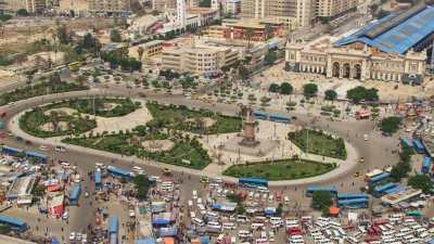 Rond point et marché devant la gare