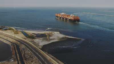 Sortie du port de cargos et de porte-conteneurs