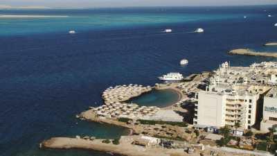 Port de Hurgada, immeubles le long de la côte et large