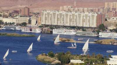 Voiliers sur le Nil, Hôtels et bateaux de croisière