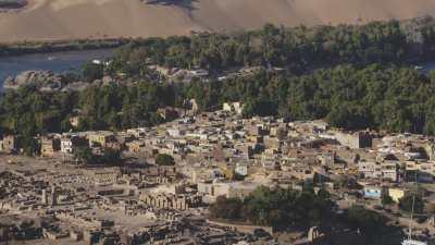 Plaisanciers sur Nil, habitations et vestiges sur l'île Elephantine