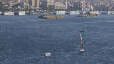 Ville d'Assouan et bateaux sur le Nil