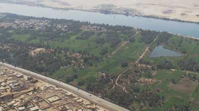 Ruines, champs et habitations près du Nil
