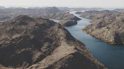 Le Lac Nasser, formations rocheuses et désert