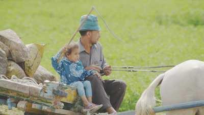 Pères et enfants sur une charrette