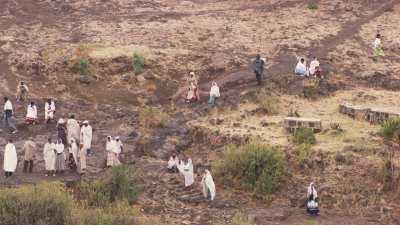 Chrétiens se rendant à l'église rupestre de Naktala