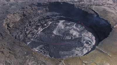 Lente approche des lacs de lave du Volcan Erta Ale
